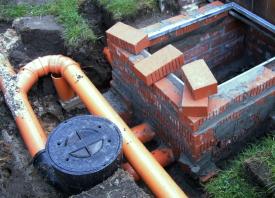 Rewalux® WISY Wirbel-Fein-Filter fertig angeschlossen für Einleitung und Filterung von Regenwasser in die Zisterne.