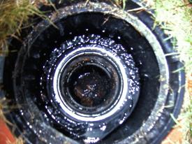 Ansicht des Rewalux® WISY Wirbel-Fein-Filters bei Regendurchfluss. Bis mittelstarkem Regen wird zufließendes Wasser - wie hier zu sehen - komplett durch das Filtersieb in die Zisterne geleitet. Erst Starkregen spült den Filter sauber.