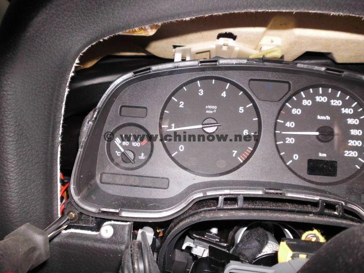 Opel Astra® G (1998-2004): Instrumenten-Verkleidung - Position der linken Torx-Schraube hinter einer Plastikkappe.