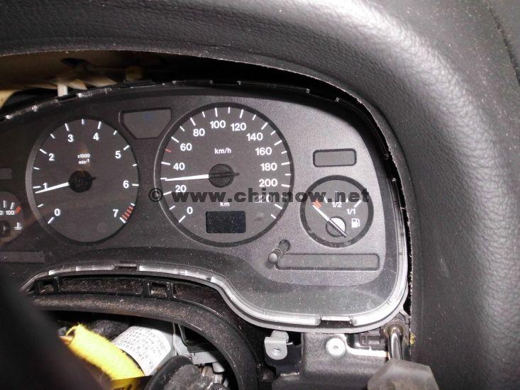 Opel Astra® G (1998-2004): Position der rechten Torx-Schraube an der Instrumenteneinheit.