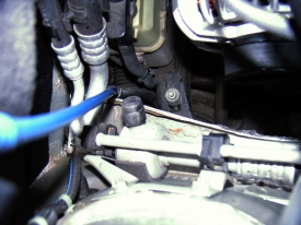 Opel Astra® G (1998-2004): Klimaanlagen-Ventil - Positioniert zwischen Laufrad der Lichtmaschine und Spritzwand.