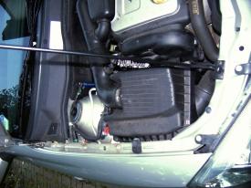 Opel Astra® G (1998-2004): Blick auf Ansaugschlauch, Luftfilterkasten & Lichtmaschine unter dem Ansaugschlauch.