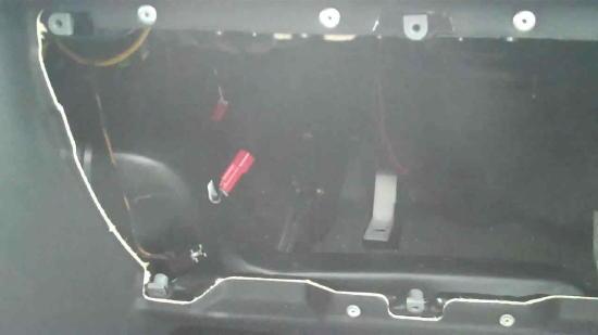 Opel Astra® G (1998-2004): Hohlraum der Handschuhfachöffnung - Rote freihängende 2-adrige Steckverbindung in einigen Astra-Modellen im Hohlraums der Handschuhfachöffnung.