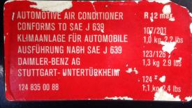 Originaler 1988er Aufkleber für Kältemittelmengen verschiedener Modelle.