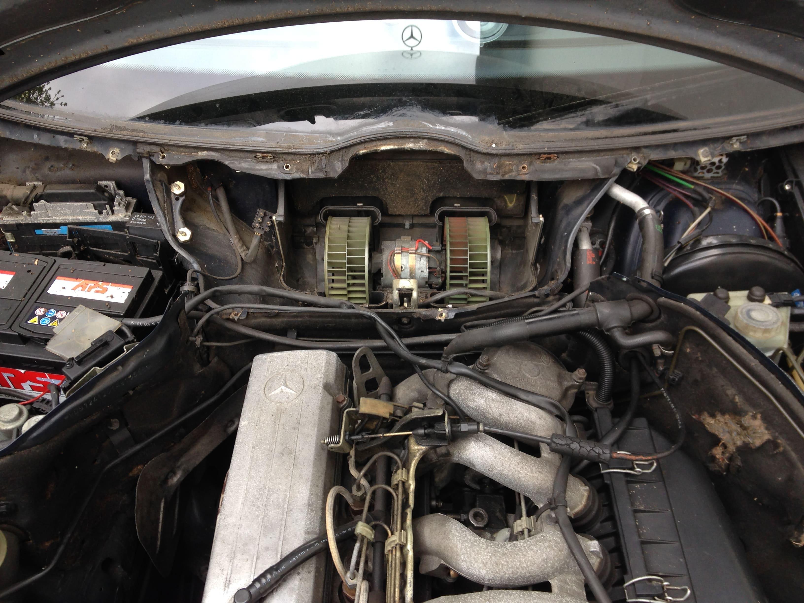 DB W124: Anleitung zum Ausbau des Scheibenwischermotors und Innenraum-Gebläselüftermotors.