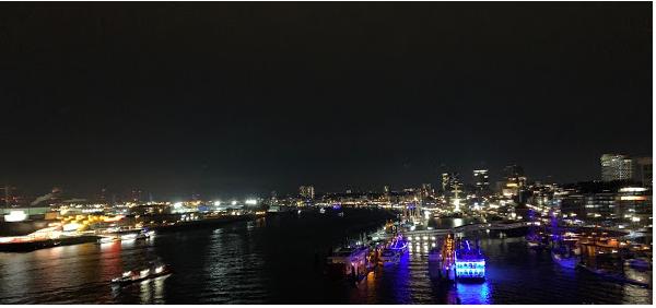 Hamburger Elbphilharmonie -Blick über die Stadt bei Nacht.