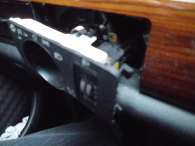 W126: Die beiden Haltenasen des Fahrlichtschalters auf der rechten Seite.