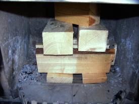 Kaminofen-Beschickung Bild 2: Eng, aber luftig gestapelt brennt das Holz schneller an.