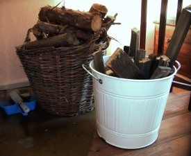 Sinnvolle Holz-Transportbehälter für das Wohnzimmer (Kaminofen).