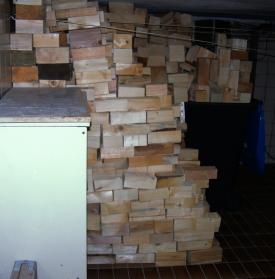 Stets nur durchgetrocknete Konstruktionsholz-Abschnitte im Keller zwischenlagern. Es ist frei von Schädlingen.