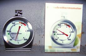 Kaminofen: Das Backofen-Thermometer gibt Orientierung, wann nachgelegt werden sollte.