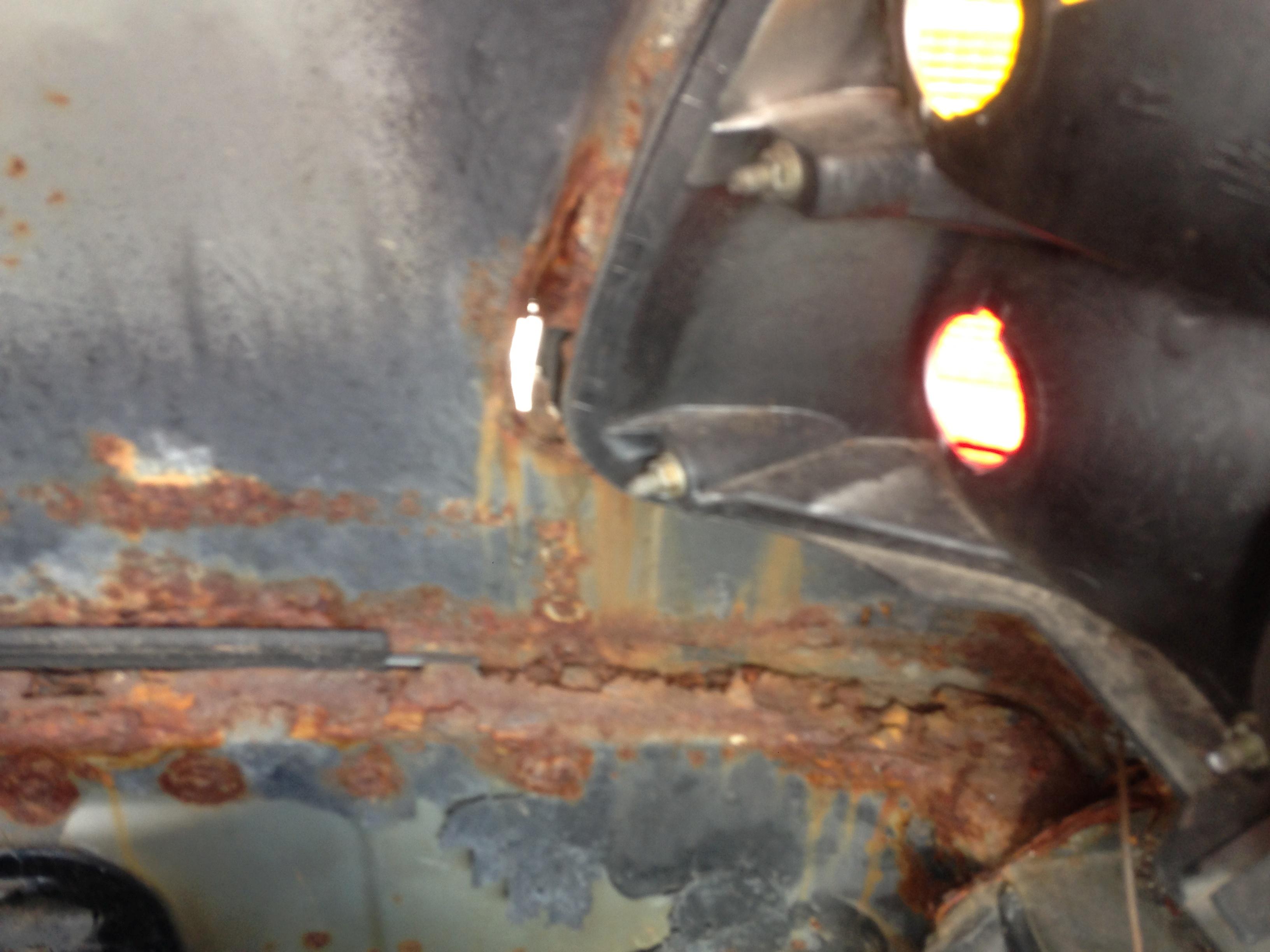 W124 Kofferraum h.r.: Wenn es im Kofferraum hinter den leicht demontierbaren Seitenverkleidungen so aussieht, ist jede Mühe vergebens. Schon eine kleine Roststelle an dieser Position sollte Anlass sein für eine gründlichen Überprüfung des Fahrzeugs.