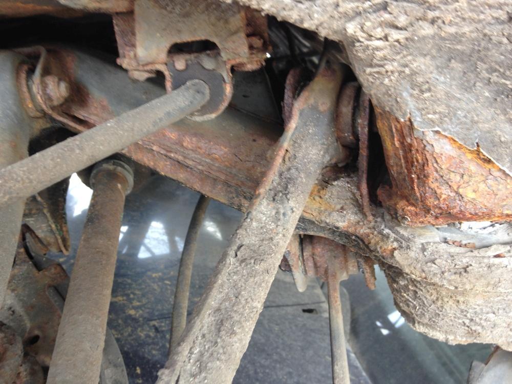 W124 Hinterachskonsole zur Befestigung des Achsträgers: Ein sehr rostgefährdeter Bereich. Diesen vor einem Fahrzeugkauf prüfen und umgehend danach wie im Text beschrieben sanieren. Wenn das nicht schon mal gemacht wurde ist hier Rost.