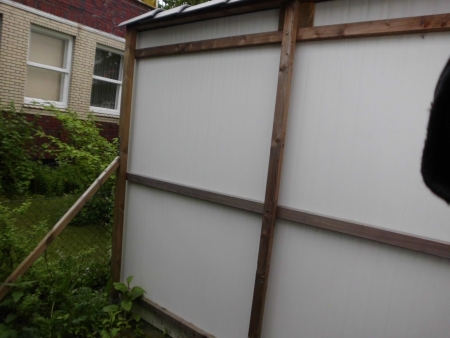 Ansicht der Rückseite der selbstgebauten wetterfesten Sichtschutzwand.